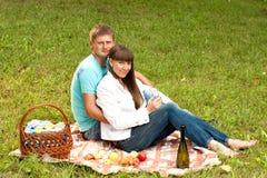 在爱的新夫妇在一顿浪漫野餐 免版税库存图片