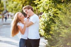 在爱的新夫妇,拥抱在街道 免版税库存图片