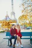 在爱的浪漫夫妇在埃菲尔铁塔附近 库存照片