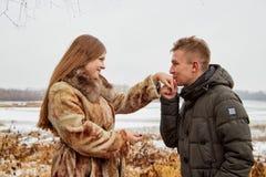 在爱的浪漫夫妇在秋天或冬天步行 库存照片