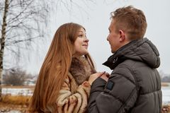 在爱的浪漫夫妇在秋天或冬天步行 图库摄影