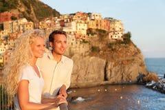 在爱的浪漫夫妇由日落在Cinque Terre 免版税库存图片