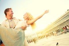 在爱的浪漫夫妇获得乐趣在威尼斯 免版税库存照片