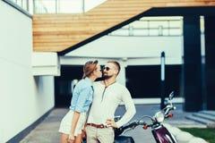 在爱的浪漫愉快的夫妇 免版税库存照片