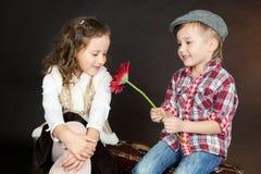 在爱的滑稽的小的夫妇 免版税图库摄影
