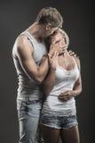 在爱的热情的年轻夫妇在黑暗 免版税库存图片