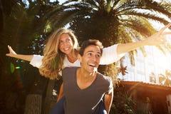 在爱的笑的乐趣夫妇外面在容忍 库存照片