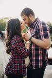 在爱的美好的孕妇和人夫妇 库存图片