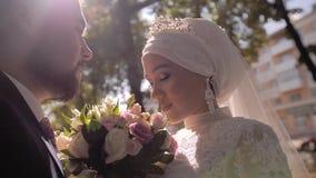 在爱的美好的美好的夫妇 恋人看看彼此 美好的阳光 影视素材