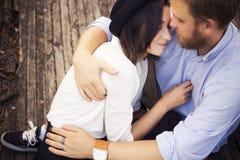 在爱的美好的行家夫妇在户外日期在公园havi 免版税库存图片