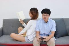 在爱的逗人喜爱的年轻亚洲夫妇和有幸福在客厅 图库摄影