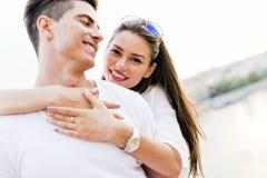 在爱的年轻和美好的夫妇 库存照片