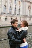 在爱的年轻夫妇在城市 免版税库存图片