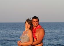 逗人喜爱的夫妇在海 库存照片
