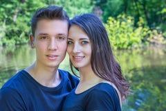在爱的画象年轻夫妇在水附近 库存图片
