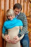 在爱的年轻人怀孕的夫妇 免版税库存照片