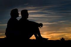 在爱的年长夫妇在日落 库存图片