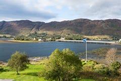 在爱莲・朵娜城堡附近的苏格兰旗子 免版税库存图片