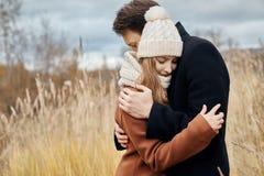 在爱走在公园的,华伦泰` s天的夫妇 男人和妇女拥抱和亲吻,在爱的一对夫妇,嫩感觉 免版税库存照片
