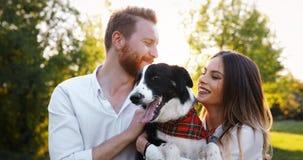 在爱走的狗和结合的浪漫夫妇 免版税图库摄影