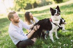 在爱走的狗的浪漫夫妇本质上和微笑 库存图片