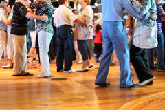 在爱跳舞的许多前辈夫妇 免版税库存照片