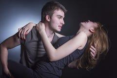 在爱跳舞的年轻夫妇 图库摄影