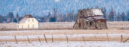 在爱达荷农场的冬天有谷仓和宅基的 免版税库存照片