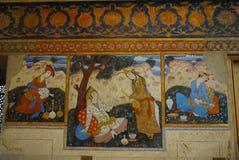 在爱饮用的茶的夫妇在Chehel Sotoun宫殿 免版税库存照片