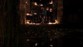 在爱饮用的酒的年轻夫妇由烛光