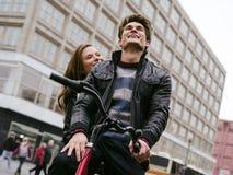 在爱骑马自行车的年轻夫妇 免版税库存照片