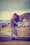 在爱,爱情小说的年轻有吸引力的夫妇 库存图片