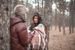 在爱,立场的夫妇在一个冷的秋天森林和开心 免版税库存照片