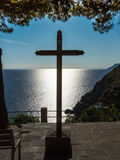 在爱,里奥马焦雷足迹的基督徒十字架  库存图片