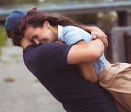 在爱-幸福概念的年轻夫妇 免版税库存图片