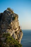 在爱琴海上的岩石峭壁日落的在Sithonia 库存图片