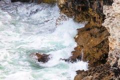 在爱琴海峭壁cyclades希腊海岛海岛oia santorini海运视图之上 免版税库存照片
