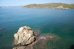 在爱琴海海岸的海湾  Yaniklar, Mugla,土耳其 免版税库存照片