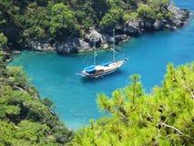 在爱琴海海湾横向的游艇 库存照片