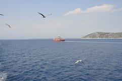 在爱琴海的渡轮在Thassos海岛附近在希腊 免版税库存图片