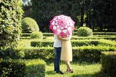 在爱-爱情小说的起点的夫妇 一个人和一个女孩浪漫日期在公园 免版税图库摄影