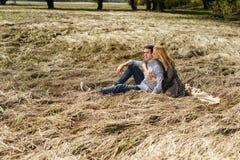 在爱-被看见的浅深度浪漫的一对夫妇 免版税图库摄影