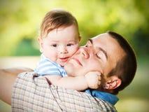 在父亲和儿子之间的爱 库存照片