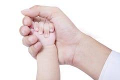 在父亲棕榈的小婴孩手 库存照片