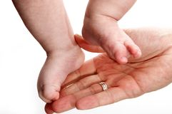 在父亲的现有量的婴孩行程 库存图片