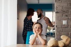 在父母争吵期间的哀伤的孩子 免版税库存照片