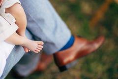 在父母的手上的婴孩赤裸腿 免版税库存照片