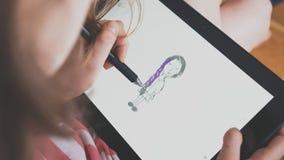在片剂个人计算机的小女孩图画 股票录像