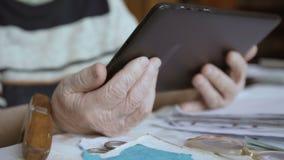 在片剂工作一个老妇人的手 股票录像