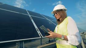在片剂的妇女类型,当工作在太阳电池板,关闭附近时 股票录像